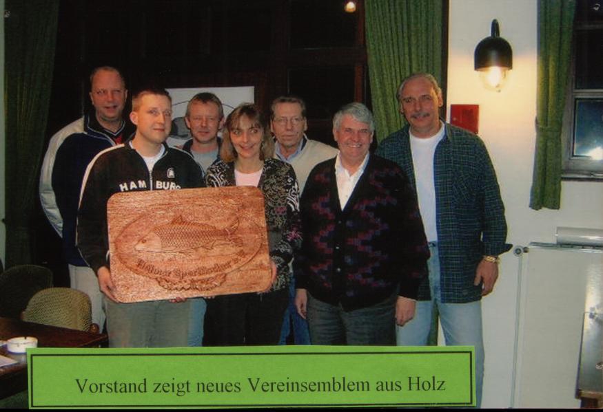 Vorstand zeigt neues Vereinsemblem aus Holz